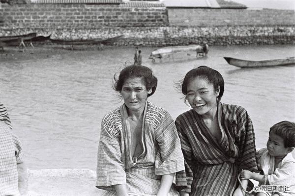 1935年、沖縄・糸満。漁から帰る夫を待つ妻たち