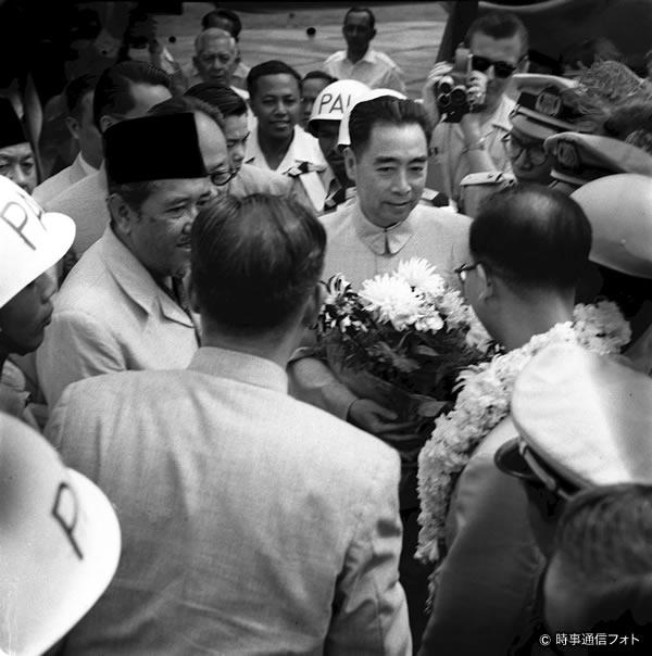 バンドン会議~報道陣に囲まれる中国の周恩来首相(1955)(時事通信フォト提供)